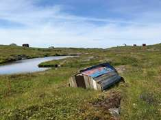 En gammel robåt saget i to kan også gjøre nytten som husvære.
